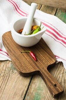 Перец чили на деревенской кухне
