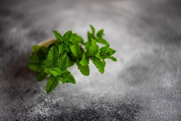 緑の有機ミント