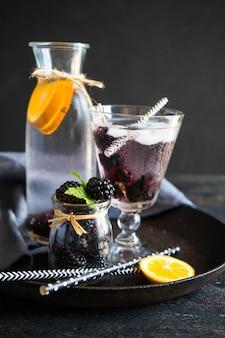 熟したブラックベリーと有機食品のコンセプト