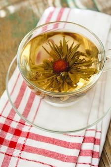 花、ティーカップと中国の緑茶ボール