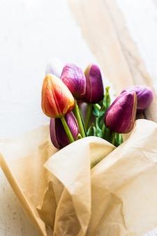 色とりどりのチューリップの花束
