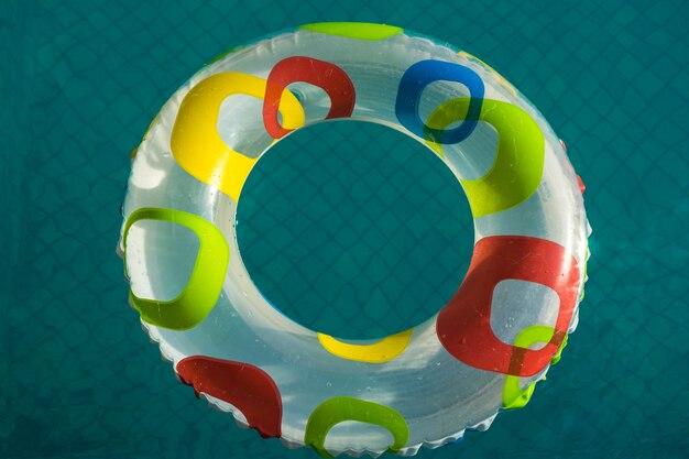 プールリラックスコンセプト、水に浮く