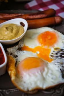 Время завтрака с колбасками и яйцами
