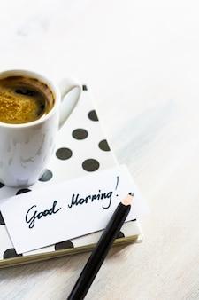 Записная книжка и записка с чашкой кофе