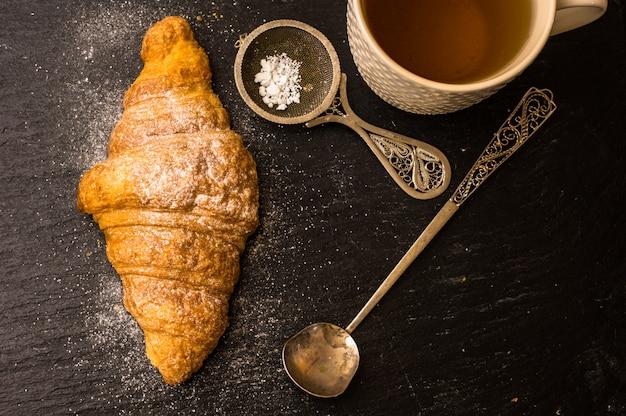 クロワッサンと朝食のシーン