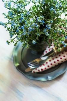 花とカトラリーの春時間インテリアテーブル