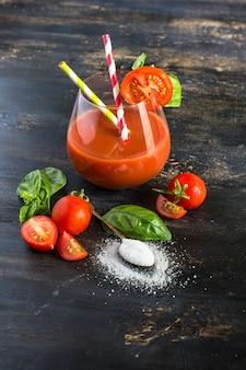 素朴なテーブルにトマトのジュース