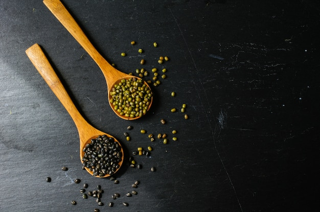 スプーンで生豆