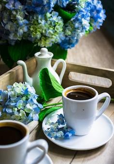 Синие цветы гортензии и кофе