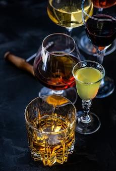 Застекленный с напитками на темном фоне