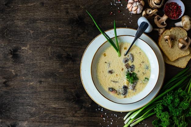 クリームサワーとキノコのスープ