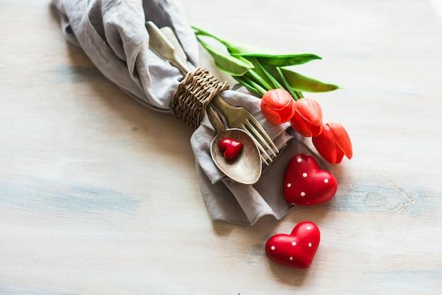 テーブルセッティング、花とハートの聖バレンタインデー