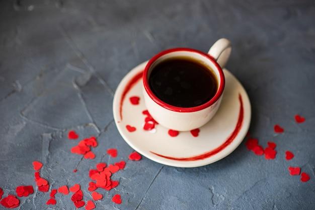 コーヒーカップと心の聖バレンタインの日の概念