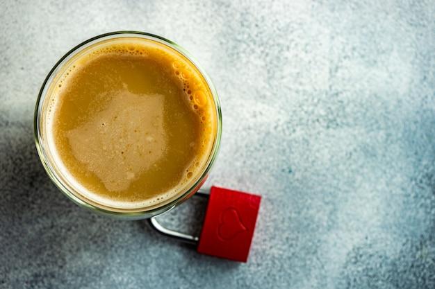 コーヒーカップと南京錠の聖バレンタインの日の概念