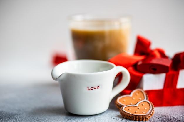 コーヒーカップとクッキーの聖バレンタインの日の概念