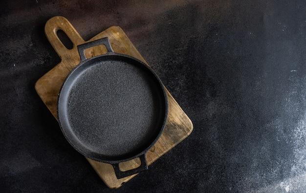 空の金属鍋