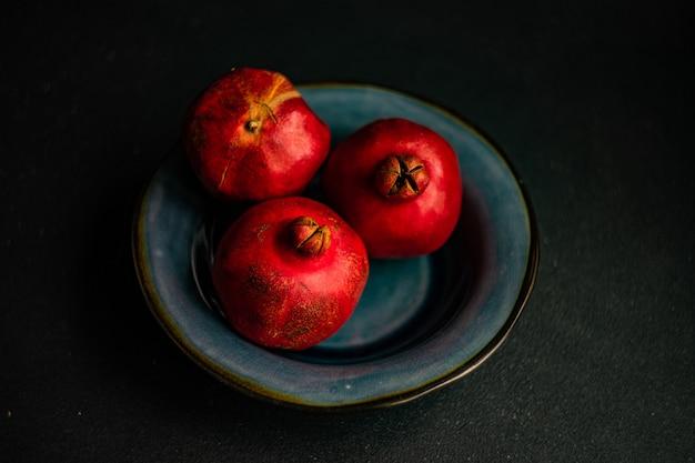 Спелые плоды граната в миске