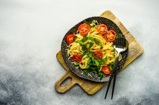 Паста со шпинатом и помидорами