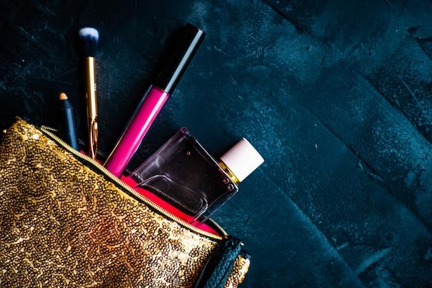 暗闇の中で化粧品のコンセプト