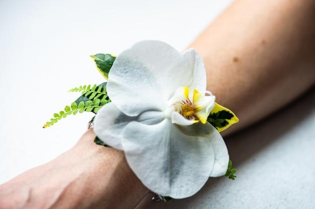 ブレスレットとしての花の女性の組成