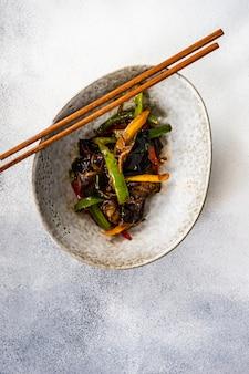 Вкусное азиатское овощное блюдо
