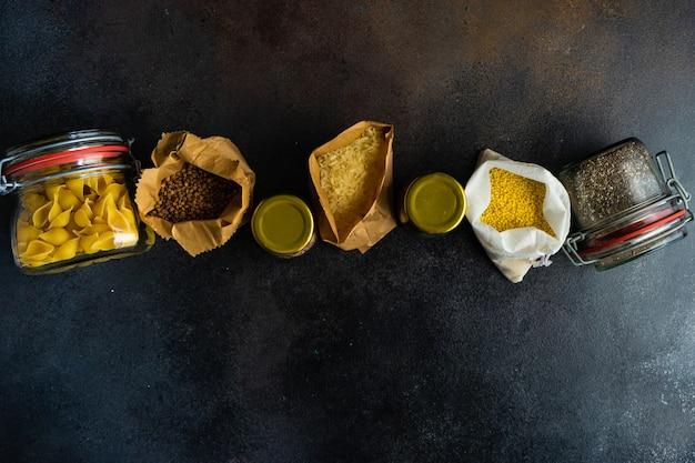 Концепция питания с ассортиментом продуктов для выживания в виде гречки, риса, бобов и макарон