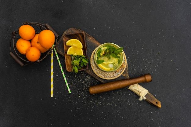 Джин-тоник коктейль с лимоном и мятой
