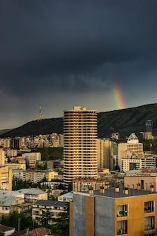 トビリシのダウンタウンの虹