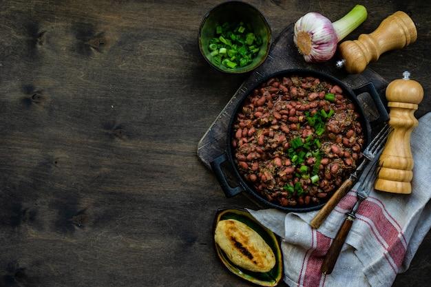 Традиционное грузинское блюдо лобио, приготовленное с красной фасолью и зеленью