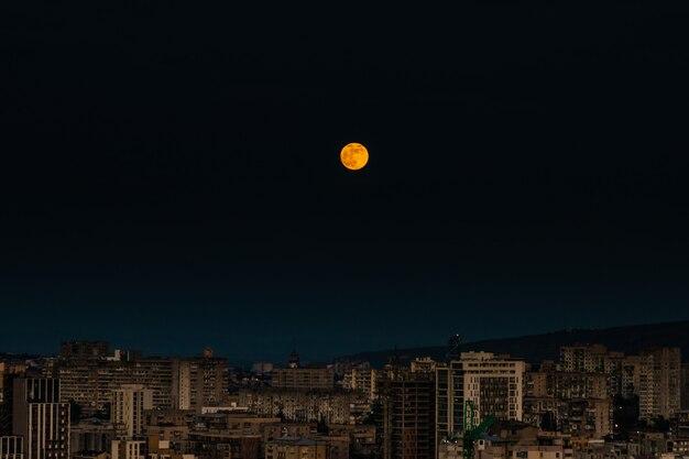 トビリシのダウンタウンの月