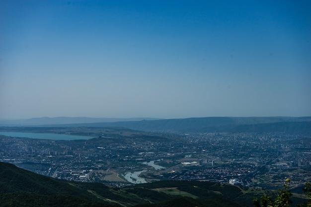 ゼダゼニ修道院からトビリシ市を見る