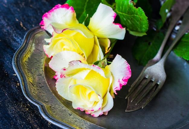 Летняя сервировка с розами