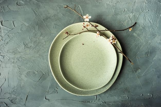 咲く木の枝と春のテーブルの設定