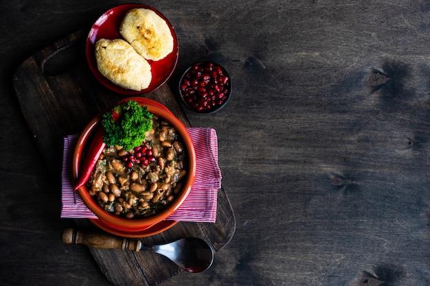 伝統的なグルジア料理ロビオ