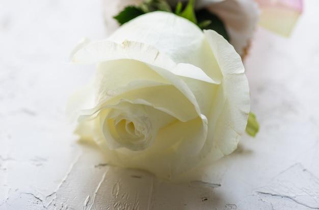 Свадебный букет с белыми розами и орхидеями