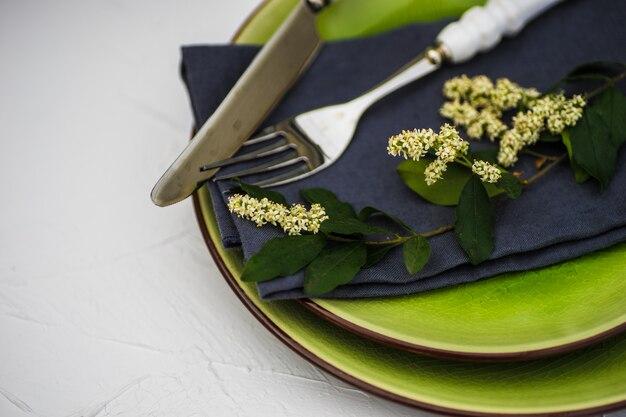 夏の花のテーブルセッティング