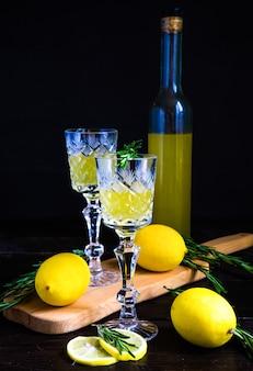 伝統的なイタリアのアルコール飲料リモンチェッロ