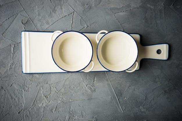 テーブルの上の空の食器