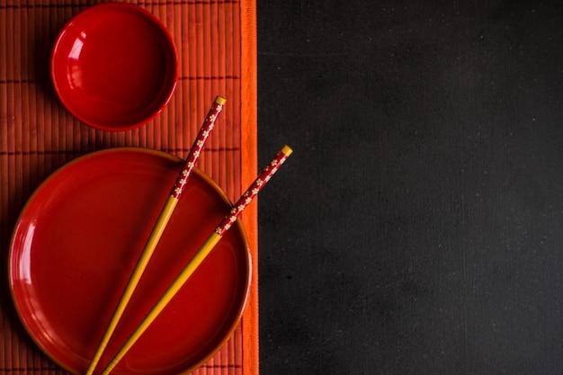 Сервировка стола в красном