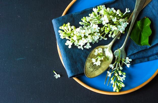 白いライラックと春のテーブルセッティング
