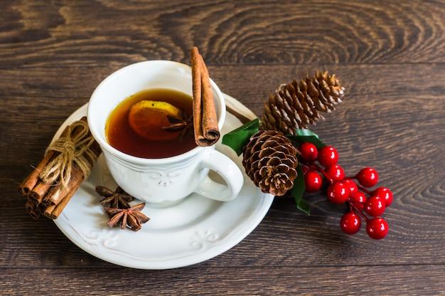 Пряный чай на деревенском фоне