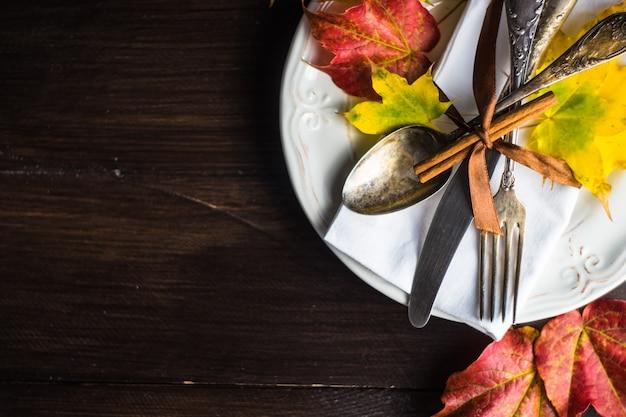 Осенняя сервировка с желтыми листьями