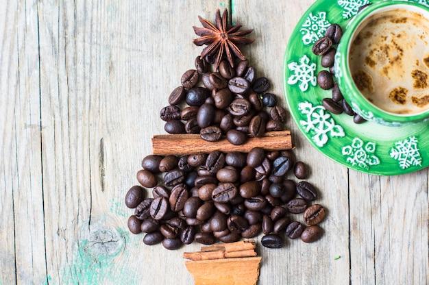 休日のクリスマスコンセプトとしてコーヒーと豆のマグカップ