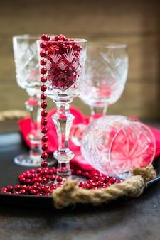 Старые хрустальные бокалы и рождественские украшения