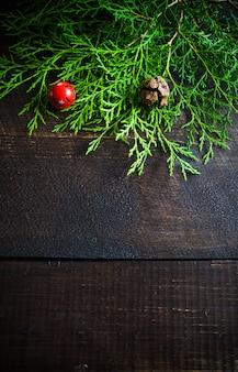 Рождество с праздничным декором на деревянной поверхности