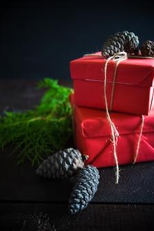 Рождество с подарочной коробкой и декором на деревянной поверхности