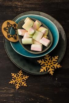 マシュマロとクリスマスまたは新年の組成