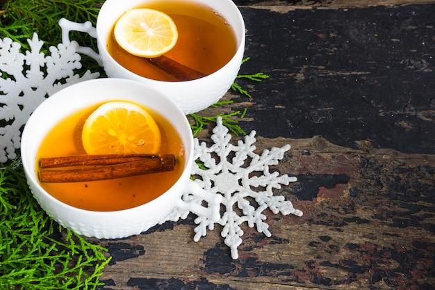 Чашка чая с лимоном и декором