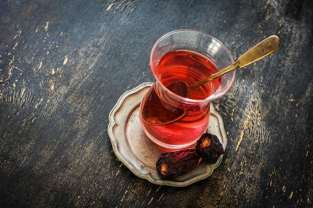 Восточная еда чай и финики