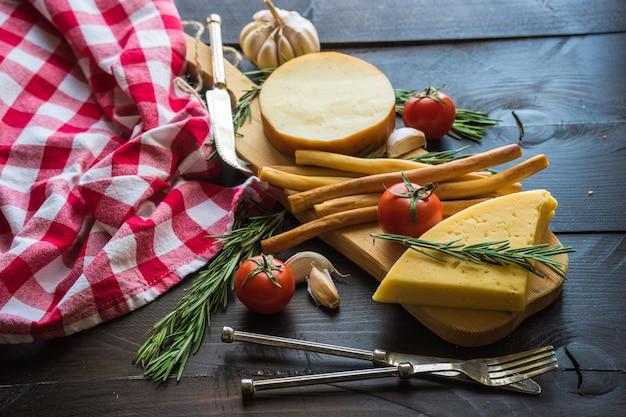 暗い木の板にグルジアのチーズ